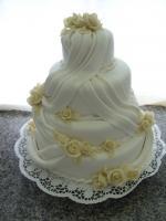 Menyasszonyi torta marcipán szalagokkal és rózsákkal