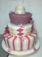 Koronával ékesített, pillangókkal díszített esküvői torta