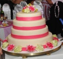 Pink esküvői torta karamell díszekkel