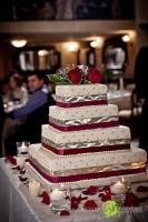 Bordó-ezüst szalaggal díszített négyszögletes esküvői tortra