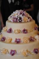 Karamell virággal díszített emeletes torta