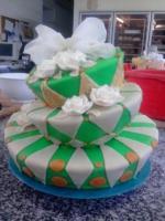 Zöld színárnyalatú, masnival díszített extravagáns esküvői torta