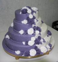 Lila-fehér marcipánnal burkolt, vitrágáradattal díszített esküvői torta